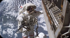 O astronauta Robert L Curbeam Junior substitui uma camara de video defeituosa no exterior da Estacao Espacial Internacional, 350 KM acima da Terra._EPA_Nasa