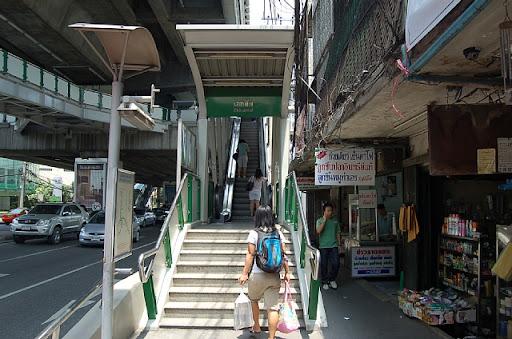エカマイ駅へ登る階段
