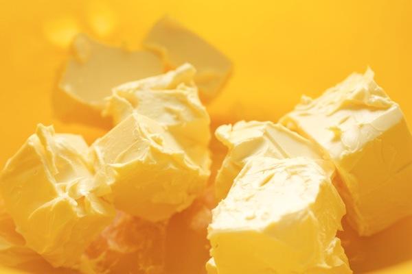 Выкладываем маргарин в глубокую посуду