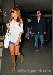 Robbie-Williams-and-Ayda-Field-do-PDA-at-LAX (7)