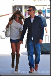 Robbie-Williams-and-Ayda-Field-do-PDA-at-LAX (8)