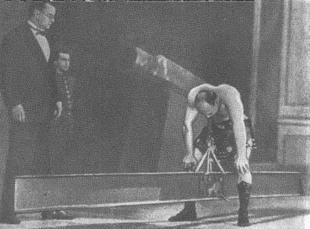 Александр Засс удерживает в зубах стальную балку