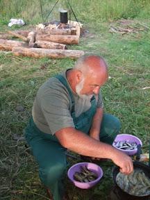 Бывалый рыбак обрабатывает улов