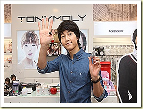 Song Joong Ki waving at fans outside the TonyMoly Bugis Junction store