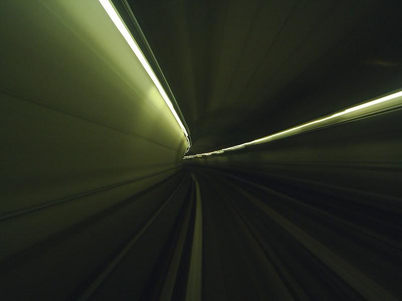 Une photo d'un tunnel de métro prise avec un compact