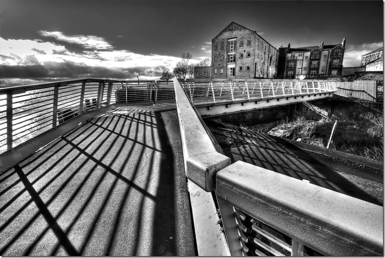 pedestrian bridge overmouth of river hull
