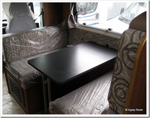Double dinette in the front compartment.