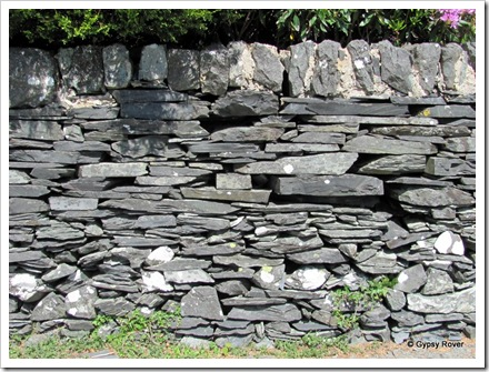 Plenty of slate around here so they build wall with it and no mortar.