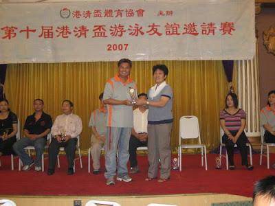 清遠市僑聯莊月園主席致送紀念品予陳仲維先生