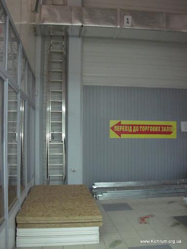 Переход к торговым залам - по комфортабельной лестнице