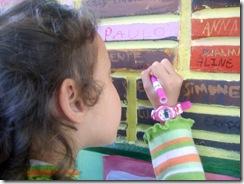 Maria Carolina assinando a parede da fama