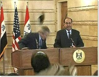 Bush, il lancio delle scarpe del giornalista iracheno 1
