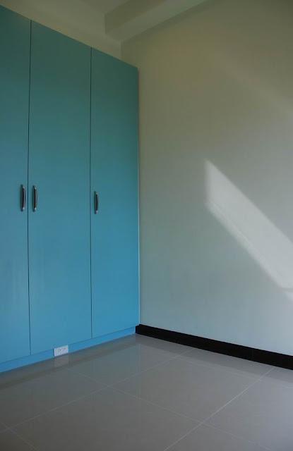 藍綠色系統衣櫃與淡綠色壁漆