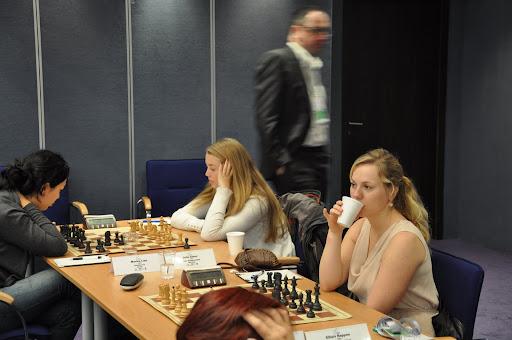Boris Gelfand (bak) haster forbi for å med seg Sylvias nyhet i c3-Siciliansk