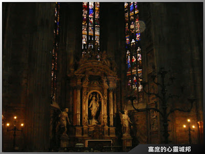米蘭大教堂內部彩繪琉璃窗