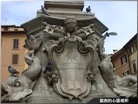 方尖碑下精美的噴泉雕刻