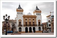 Fachada del Ayuntamiento de Almodóvar del Campo, tras la conclusión de las obras de restauración recientemente finalizadas.