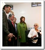 En los prolegómenos del acto, el alcalde y el concejal de Obras, enseñaron a la presidenta de AIDAC, a su homólogo de COCEMFE Oretania y a la diputada provincial, el nuevo aseo del Teatro para discapacitados.