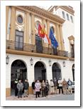 Un momento del acto de repulsa al crimen etarra celebrado al mediodía de este jueves, 4 de diciembre, a las puertas del Ayuntamiento.