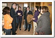 Visita del delegado provincial de Sanidad y Bienestar Social, Ricardo Ruiz, a las dependencias del Centro de la Mujer almodovareño, con cuyas trabajadoras conversa en presencia del alcalde de la localidad.