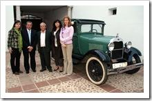 El coleccionista José Ramón Muñoz Costi posa entre los ediles y junto a su Ford A de 1928.