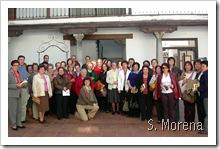 Imagen de familia de las personas que participaron en el encuentro con el escritor Alejandro López Andrada.