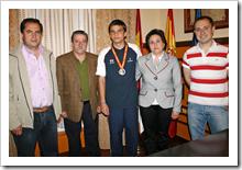 En el centro el joven jugador de fútbol sala Carlos Arias Anguita, con la medalla obtenida al cuello, en el despacho de Alcaldía al que acudió en compañía de sus padres.