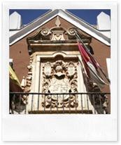Escudo que preside la fachada del Centro Cultural 'Casa de la Marquesa'.