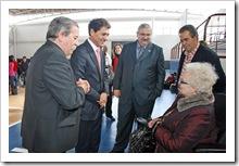 Autoridades saludan a la presidenta de AIDAC-COCEMFE, Irenea del Olmo, durante una reciente visita.