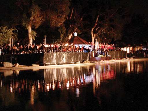 2002年9月11日晚,爾灣數千民眾在Heritage Park湖畔舉行燭光悼念儀式。
