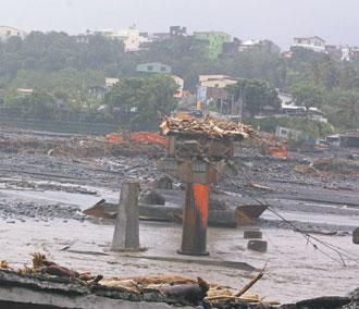 高雄縣六龜大橋也斷了,滾滾河水夾雜泥沙,看得民眾怵目驚心。