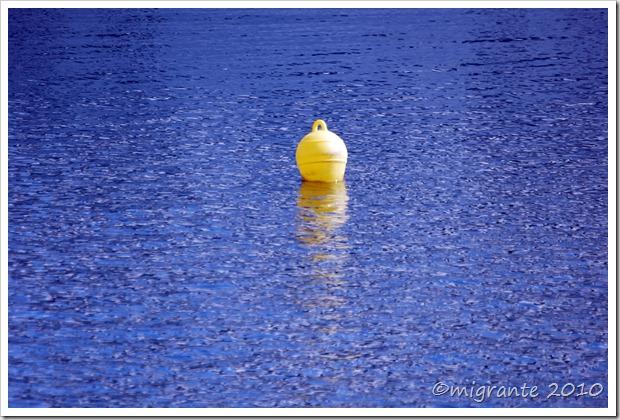 un punto amarillo en la bahía