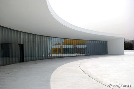 curva y reflejo - centro niemeyer