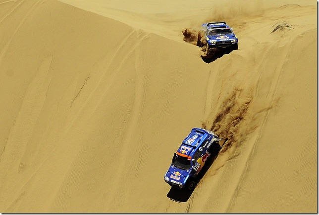 Nasser Al-Attiyah followed by Spain's driver Carlos Sainz - Dakar 2011