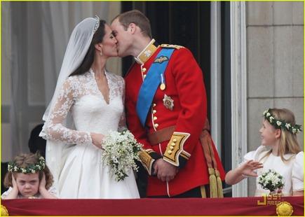 kate-middleton-prince-william-royal-wedding-first-kiss-02