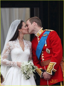 kate-middleton-prince-william-royal-wedding-first-kiss-01