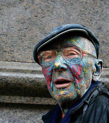 vecchio con tatuaggio sulla faccia