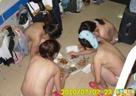 女生们裸体聚餐