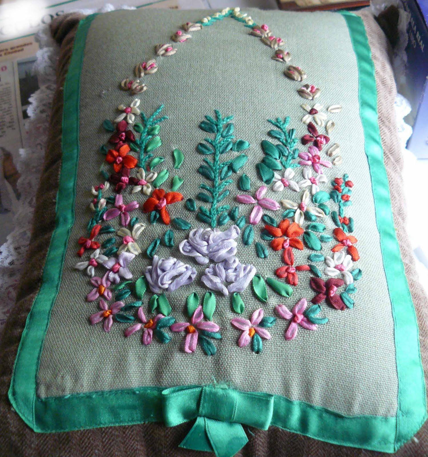 Tejidos y bordados bordado con cintas for Como hacer alfombras en bordado chino