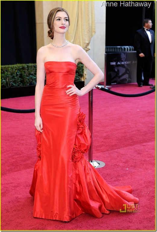 anne-hathaway-oscars-red-carpet-2011-13