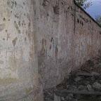 Стена бывшего концлагеря в Темводе