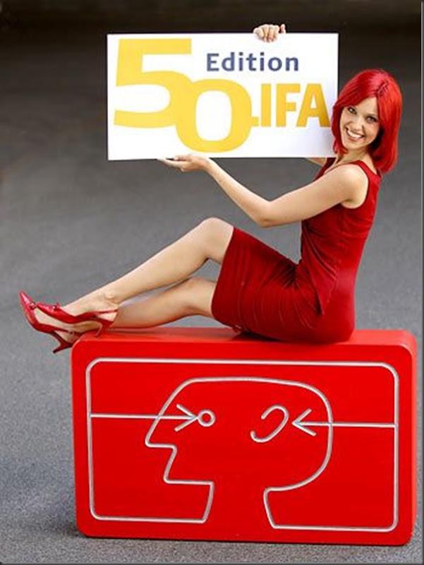 Bela garota propaganda da feira de eletronicos (2)