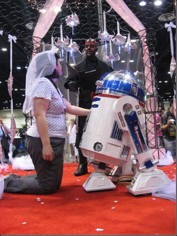 Mulher se casa com um robô (5)