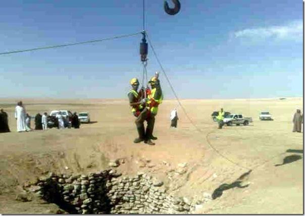 Carro cai em um poço na Arábia Saudita (1)