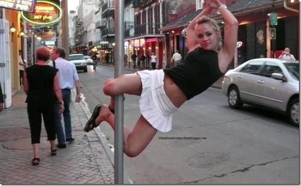 Loira faz pole dance na rua