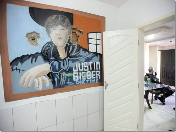Quadro de Justin Bieber na casa de um traficante no Rio (2)