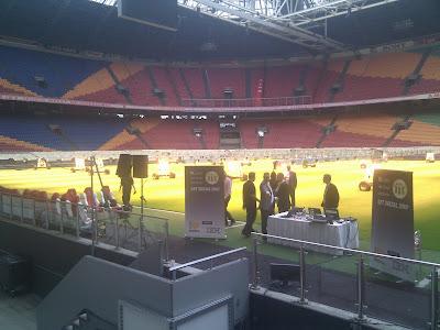 Het podium voor de opening sessie NLLUG 2010: de grasmat van de Amsterdam Arena