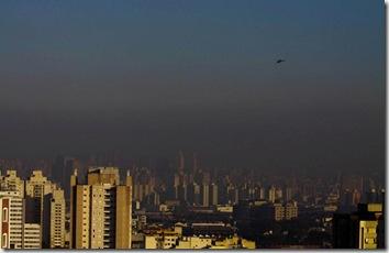 Uma faixa de poluição está sobre a cidade de São Paulo. Foto: Luiz Guarnieri / Futura Press 15/06/2010