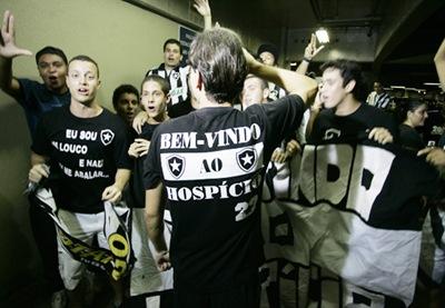Rio de Janeiro; Brasil; Aeroporto do Galeao; 04/01/2010; Futebol; Desembarque do novo atacante do Botafogo Sebastian Abreu o El Loco, torcida; Foto de Gilvan de Souza/lancperess!;;