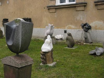 Rzeźby na trawniku
